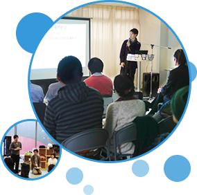写真:プレゼンテーション大会で自分の意見を述べる若者、会を進行する若者。
