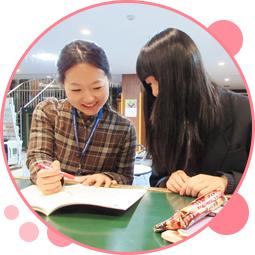 写真:ユースワーカーに勉強の相談をしている若者。